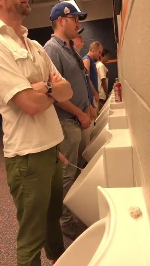 guy-pissing-hands-free
