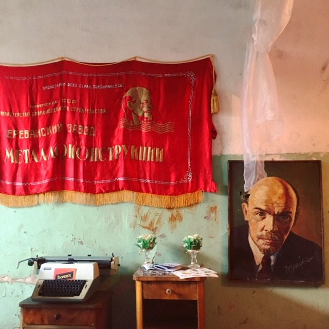 Lenin e una bandiera rossa - viaggio in Armenia 2019 My Own Way 02