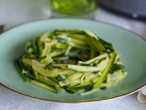 Crudités courgettes marinées à l'huile d'olive et au citron