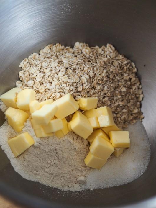 flocons d'avoine, beurre, farine et sucre