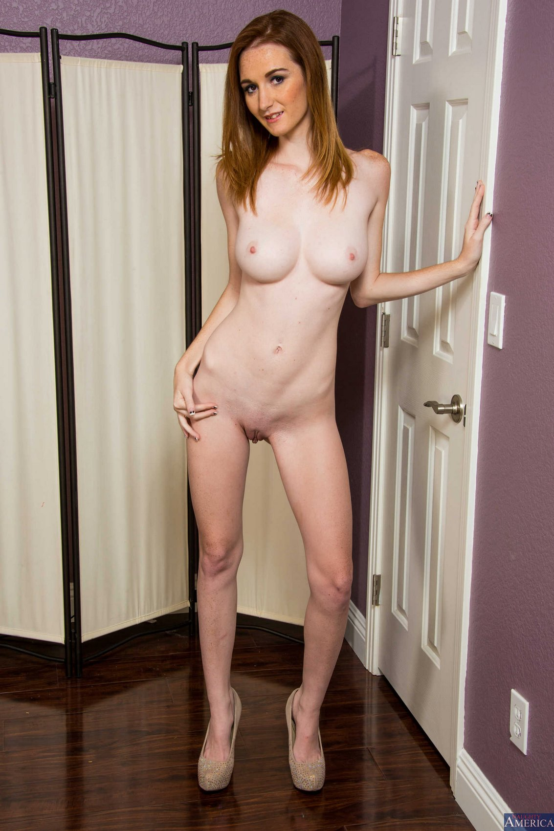 Dee Dee Lynn posing naked on bed  My Pornstar Book