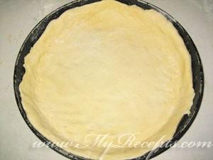 Большую лепешку поместить на несмазанный противень или в круглую форму для выпечки.