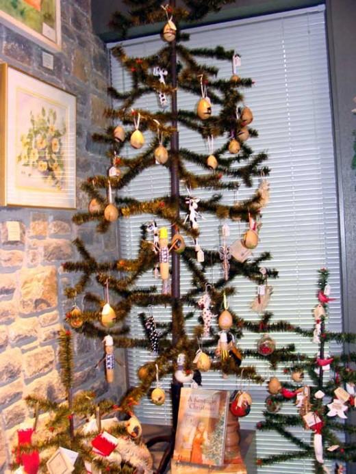 Holiday tree ornaments