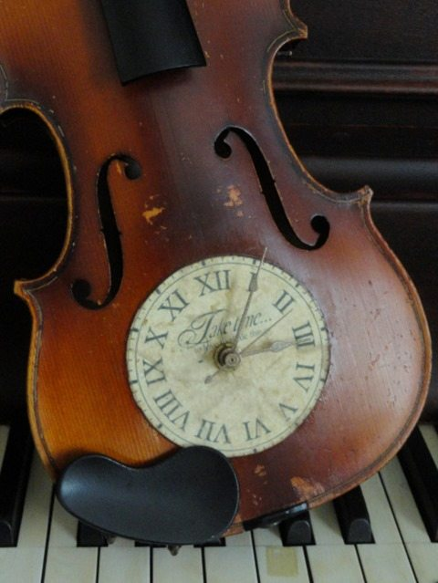 repurposed-vintage-violin-clock