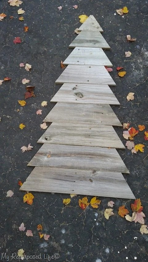 designing a pallet wood Christmas tree