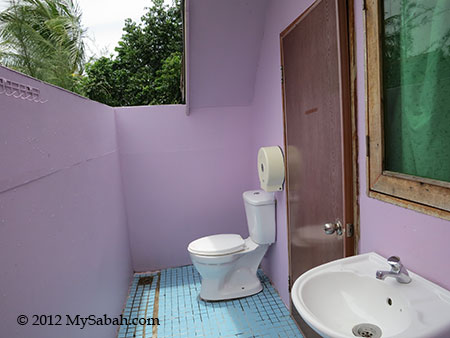 attached toilet of Mari-Mari Backpackers Lodge