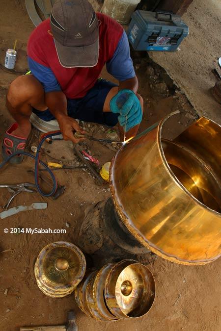 craftsman making gong in Kampung Sumangkap