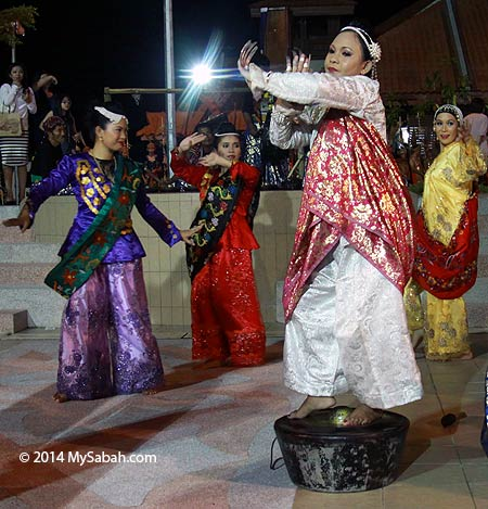 Sulu Sandakan dancer on the gong