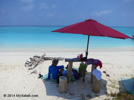 relax at the beach of Mengalum Island