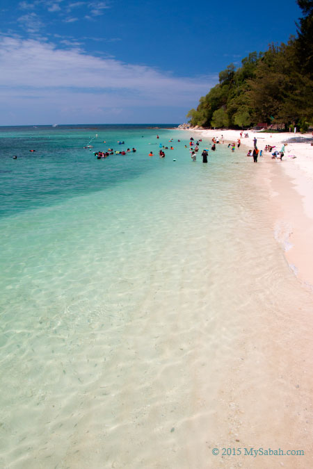 white sandy beach of Mamutik Island