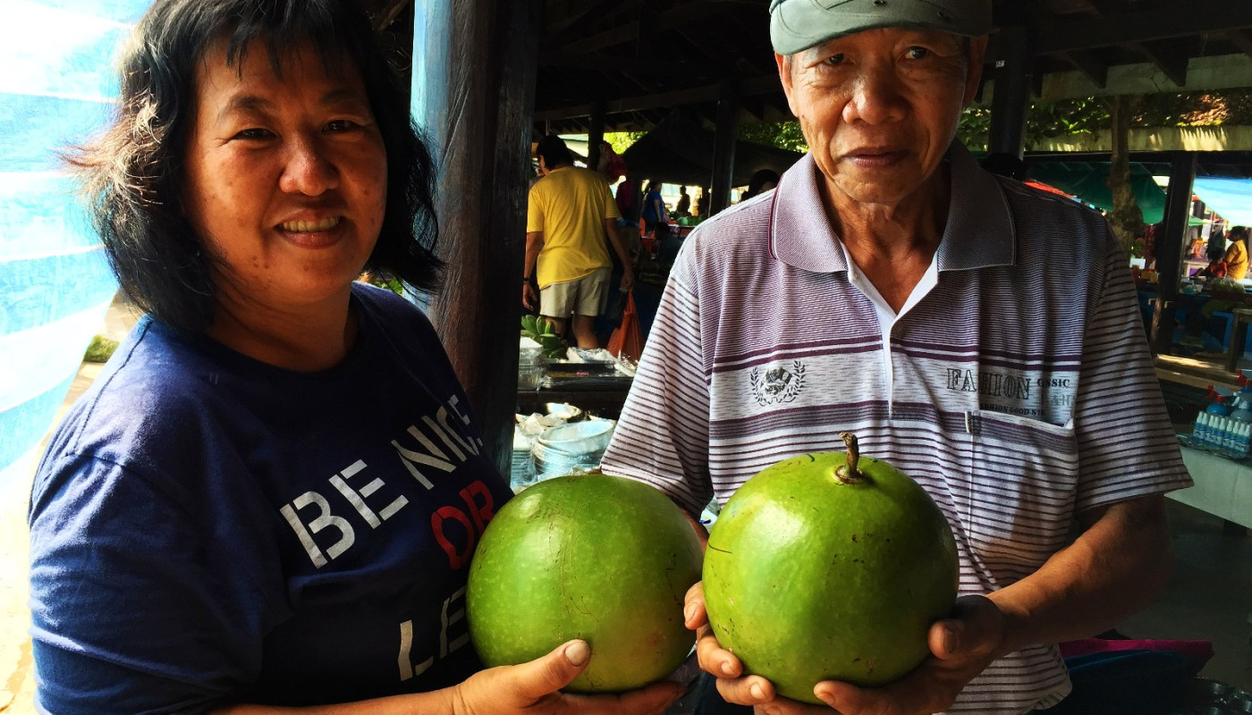 Wong couple selling fig fruit in Tamu market of Donggongon
