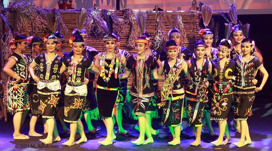 Anggalang dance by group of Murut girls before Magunatip