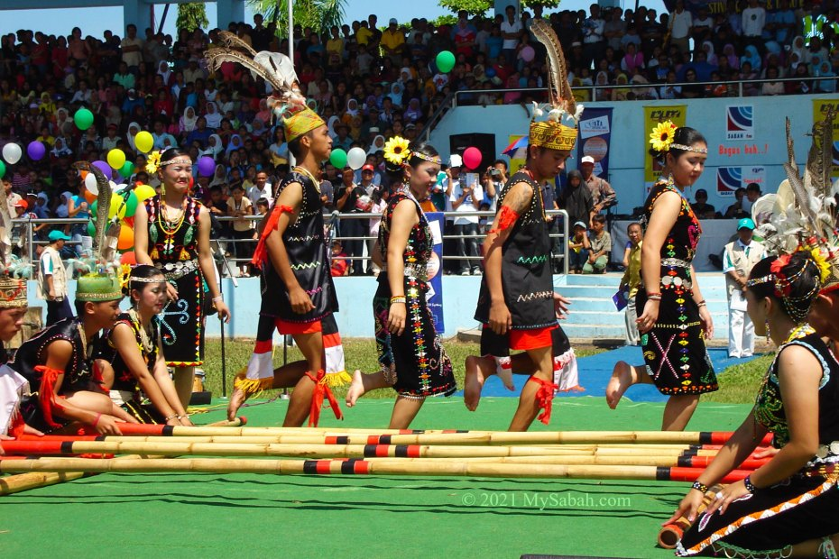 Magunatip performance by students in Sipitang