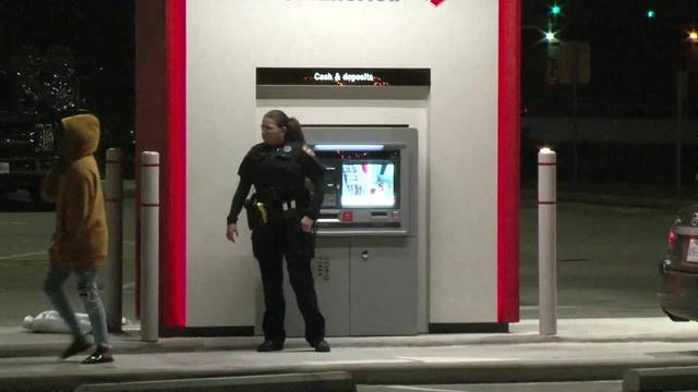 Houston_ATM_malfunctions__spits_out__100_6_63263959_ver1.0_640_360_1543273198634.jpg