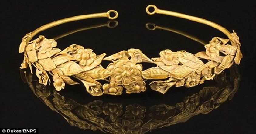 Hombre encuentra una corona de oro puro de 2.300 años de antigüedad bajo su dormitorio