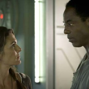 """The 100 -- """"Pilot"""" -- Image: HU101d_17528 -- Pictured (L-R): Paige Turco as Abby and Isaiah Washington as Chancellor Jaha -- Photo: Cate Cameron/The CW -- © 2013 The CW Network. All Rights Reserved."""