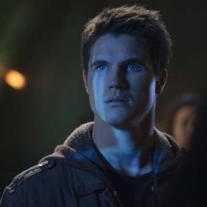 "The Tomorrow People -- ""Pilot"" -- Image Number: TP100E_0075.jpg -- Pictured: Robbie Amell as Stephen -- Photo: Barbara Nitke/The CW -- © 2013 The CW Network, LLC. All rights reserved."