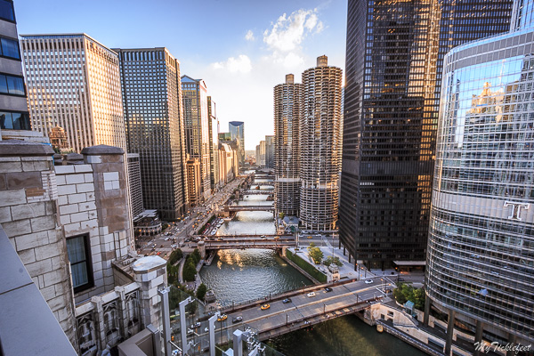 One of the best rooftop bars in Chicago with the perfect view of Chicago river and the high rises.