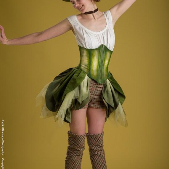 Gröna Damen. Linne, korsett, benvärmare, shorts, kjol och hatt.