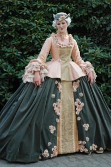 Damdräkt 1700-tal. Särk, underkjolsstomme, underkjol, korsett, jacka, överkjol och hatt. Pris från: 16.000. Finns i strl. C38.