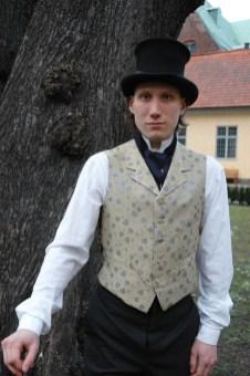 Herrkostym 1880-tal. Skjorta, väst, byxor, bonjour och hatt.