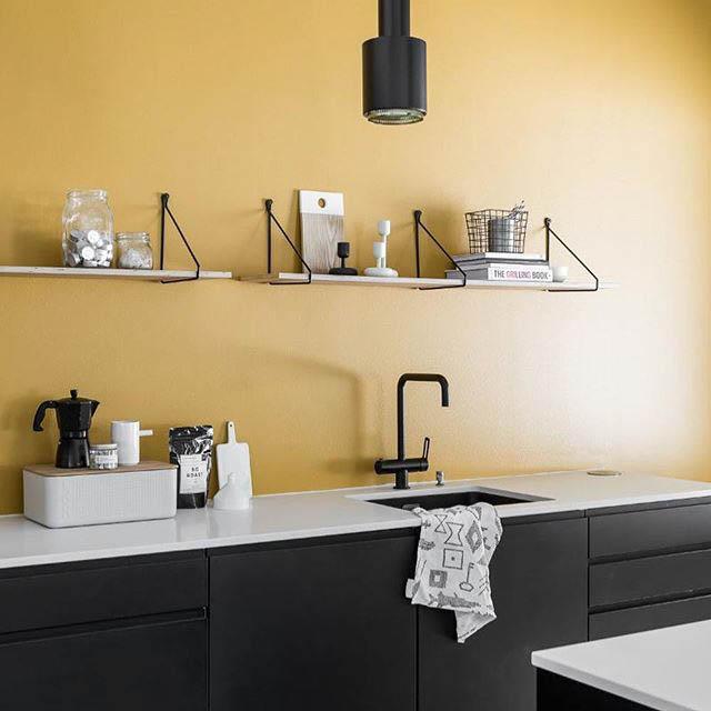 Le mensole a vista in cucina belle ma anche funzionali