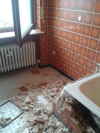 Badewanne in Wannenträger einbauen