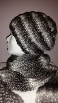Handgestrickte Mütze mit Schal