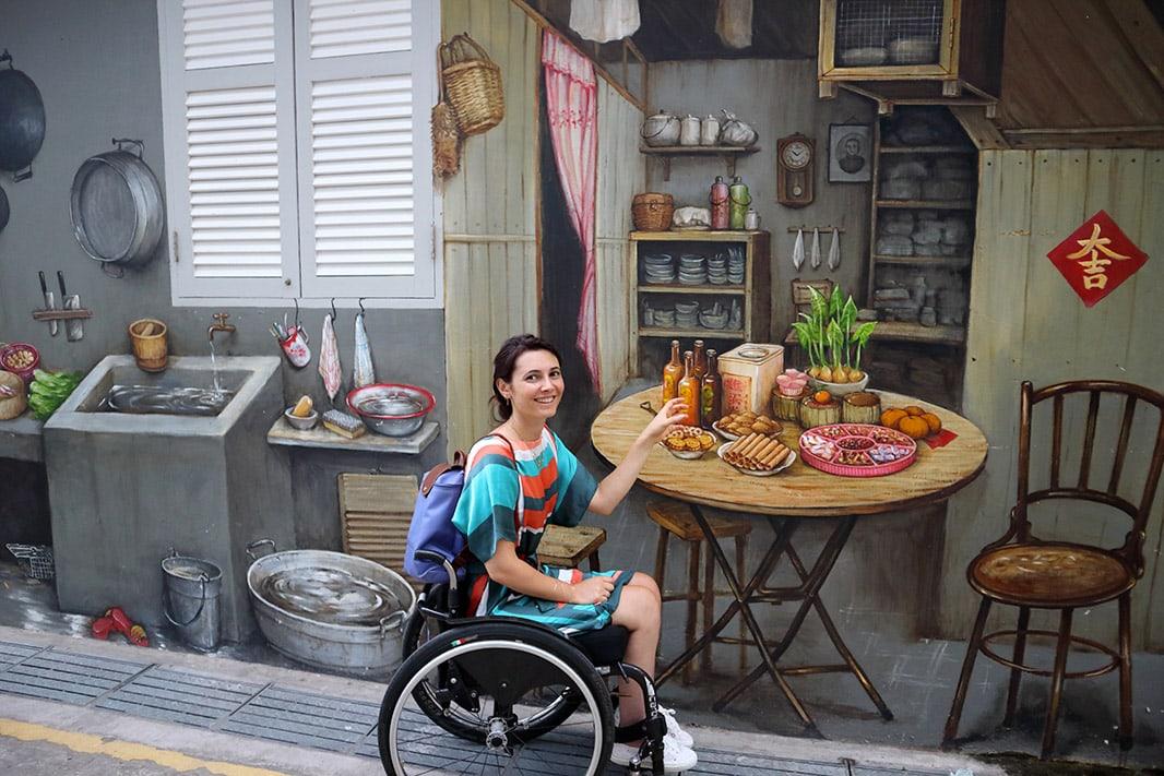 giulia lamarca interagisce con un murales a chinatown, singapore