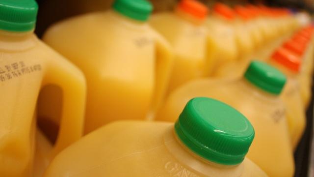 Orange juice jugs in store_3383472687896830-159532