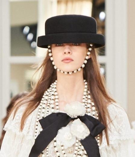 Il cappello visto al défilé Front row only di Chanel è già un indiscusso  must tra gli accessori creati da ... bfdc5c2143f4