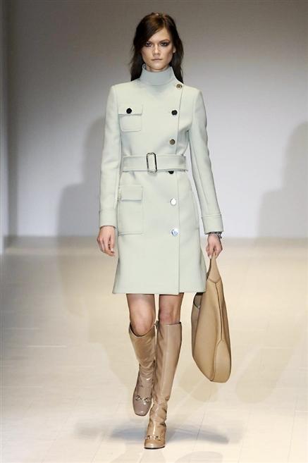 GUCCI. Uno dei capi più iconici degli Swinging Sixties  il minicoat  doppiopetto con collo alto e stretto in vita da un alta cintura. 0000a16b490