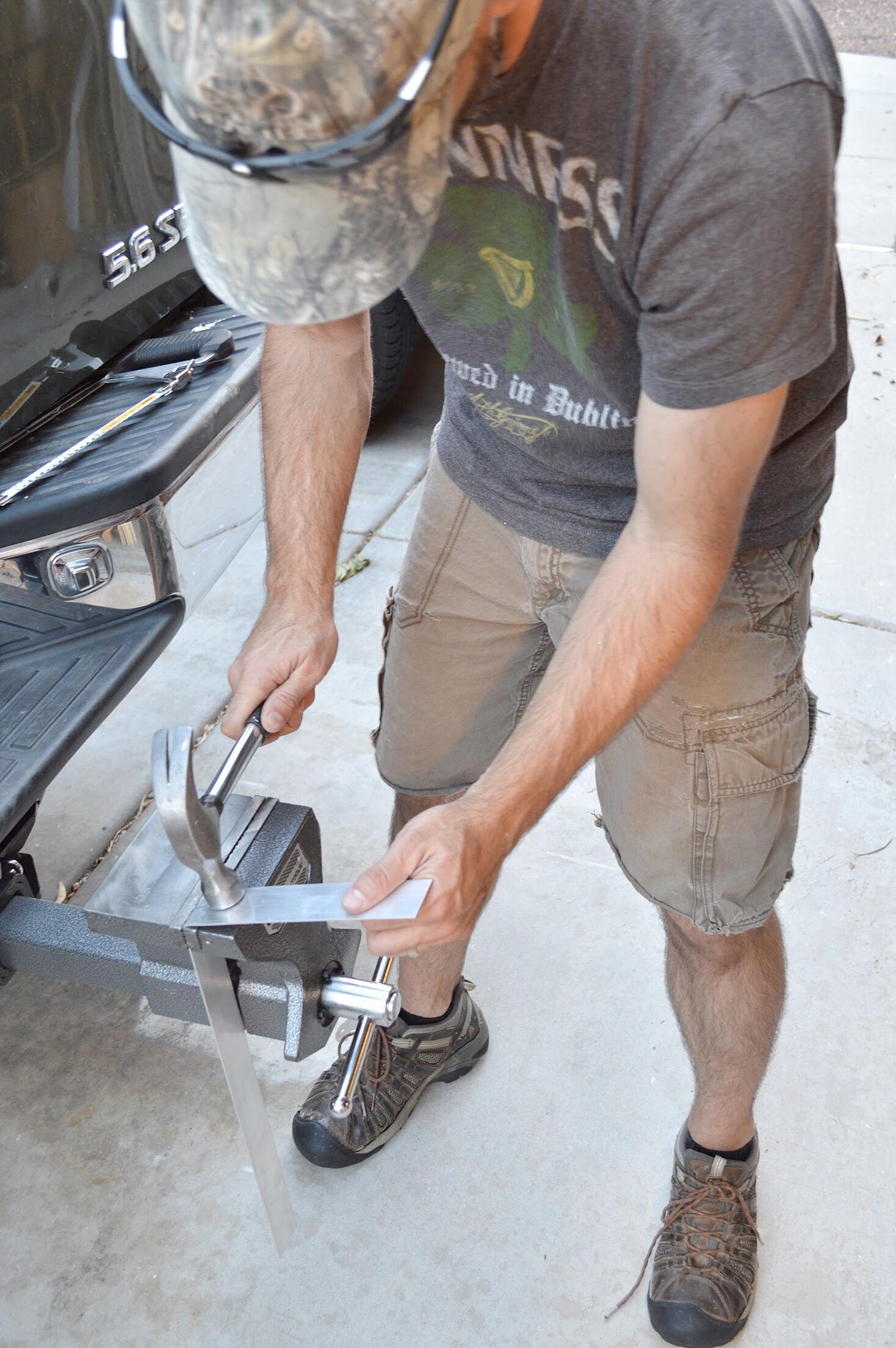 medición y corte de metal para vigas de madera