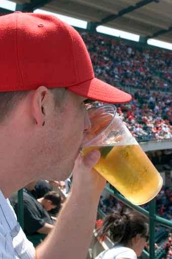 man drinking beer_1556666988657
