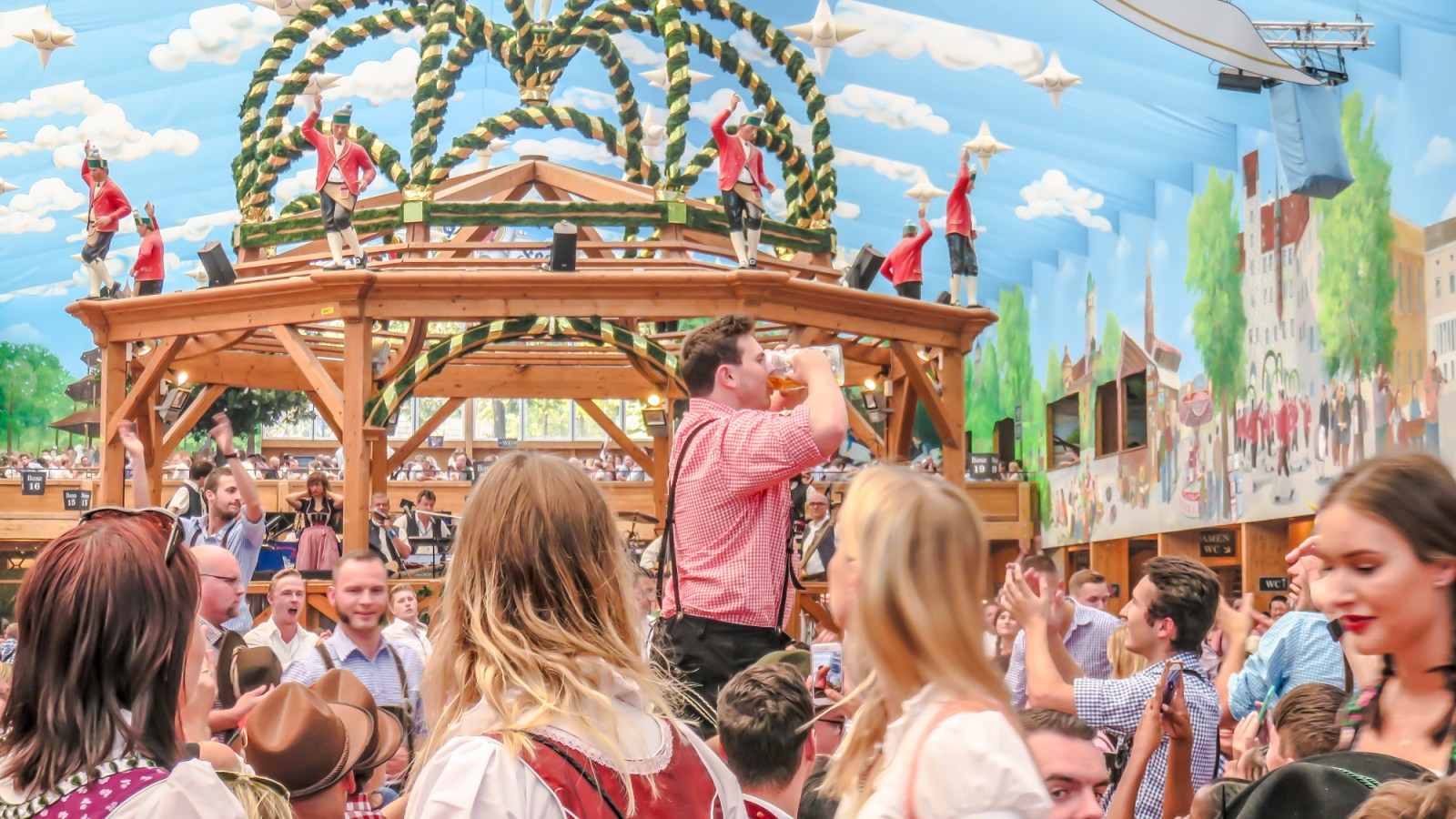 Do This, Not That at Oktoberfest in Munich, Germany | Dos and don'ts | When to go to Oktoberfest | What to expect at Oktoberfest | Oktoberfest travel tips | What to wear to Oktoberfest | How to dress for Oktoberfest | Dirndl and lederhosen | What to eat at Oktoberfest | Pretzel and beer festival