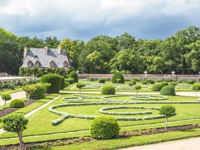 7 France-tastic Things to Do in the Loire Valley | #traveltips #loirevalley #france #daytrips | Chateau Chenonceau #chenonceau #chateau #castle #medici #garden