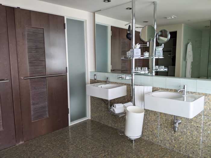 Bathroom at the Hotel Valley Ho, iconic mid-century modern design | Where to Stay in Scottsdale, Arizona for two very different experiences | #hotelvalleyho #scottsdale #arizona #wheretostay