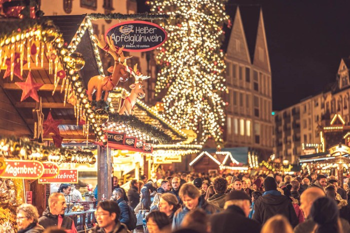 German Christmas market foods and drinks you can enjoy at home (with recipes) | Christkindlesmarkt booths at the weihnachtsmarkt