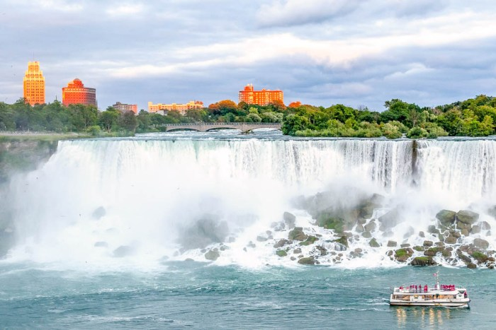7 of the best niagara falls tours from new york: Maid of the Mist tour close to the falls