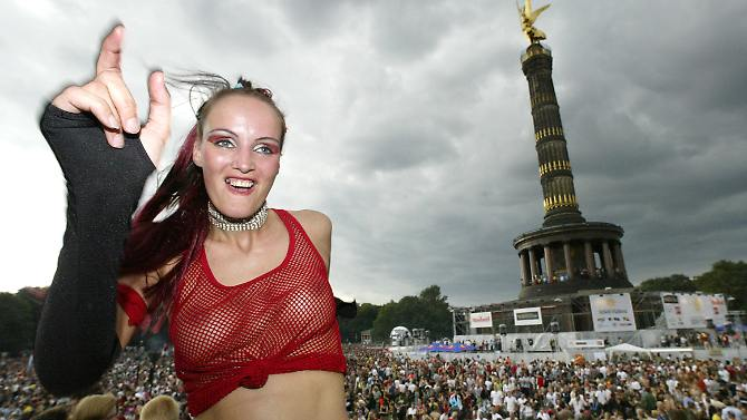"""Bis zu 350.000 Besucher erwarten die Veranstalter der """"B-Parade"""" unter der Siegessäule (Foto von der Loveparade 2003)."""