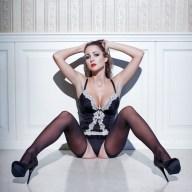 Sexy Girl wartet auf dem Fußboden