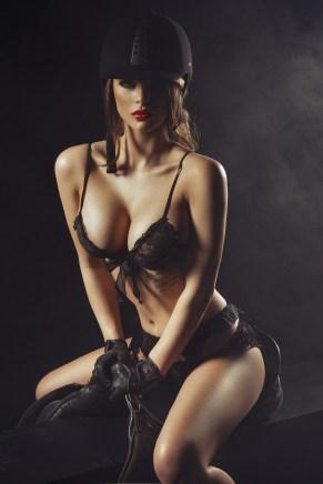 Sexy Girl sitzt fest im Sattel
