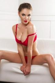 Sexy Girl fast komplett verhüllt
