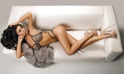 Sexy Girl räkelt sich auf der Couch
