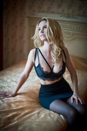 Sexy Girl wartet im Hotelbett