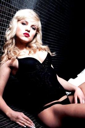 Sexy Blondine im Bad