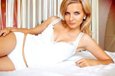 Sexy Blondine im Bett