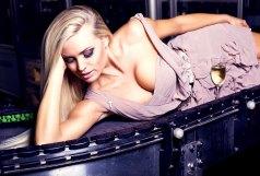 Sexy Blondine im Kleid