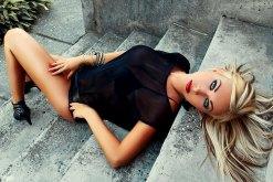 Sexy Blondine liegt auf der Treppe