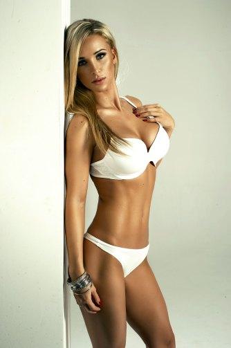 Sexy Blondine an der Wand
